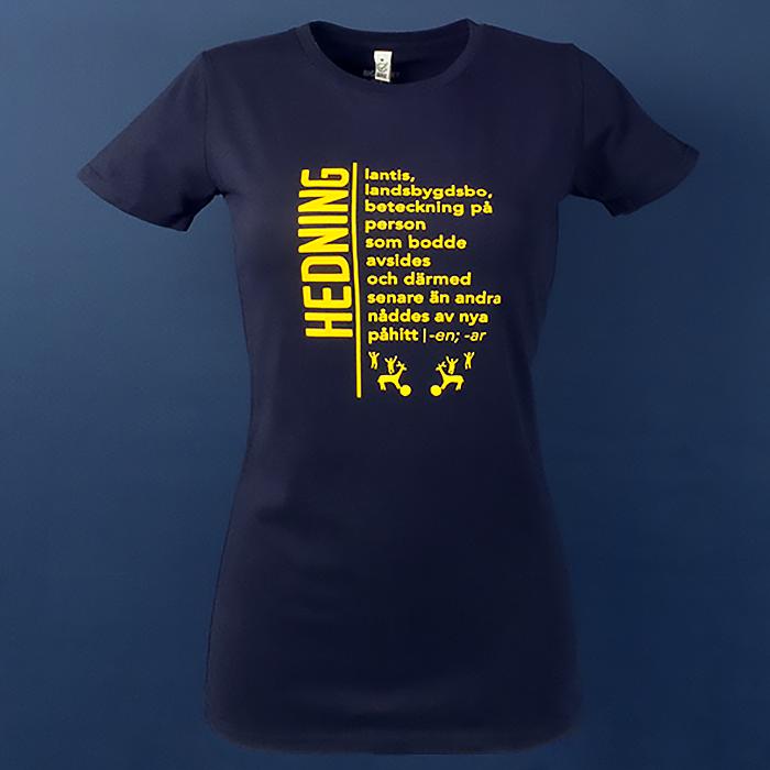 Hedning-lantis,landsbygdsbo,beteckning på person som bodde avsides och därmed senare än andra nåddes av nya påhitt. Själ - ett påhitt, kan ignoreras. Källa Sekulär Ordbok. T-shirt i serien ordbokstee